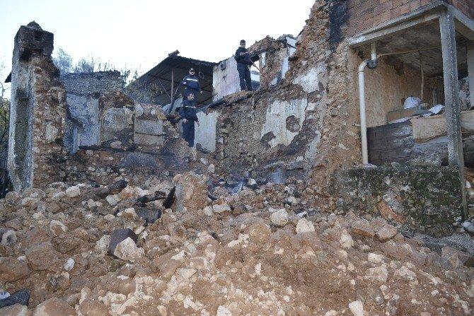 Soba Yangını Ahşap İki Evi Kül Etti
