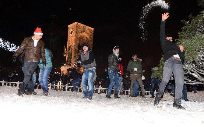 Taksim'de Yeni Yıla Kartopu Oynayarak Girdiler