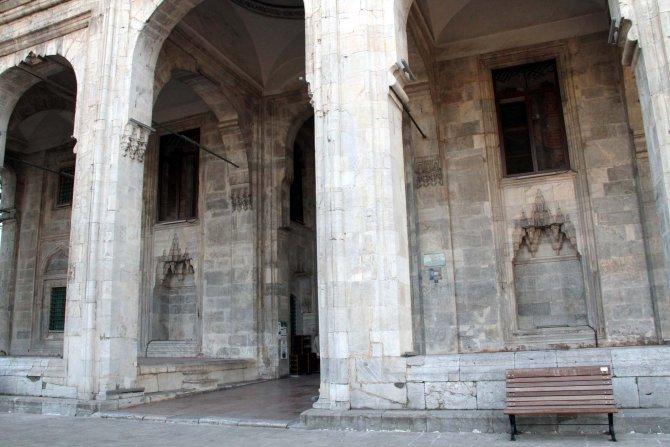 Levhalar camileri ve tarihi yanlış anlatıyor