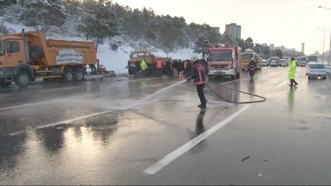 Lüks otomobil, kar temizleyen işçilere çarptı