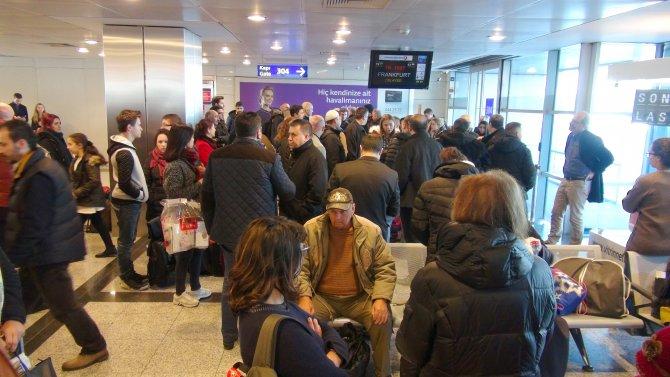 Yolculardan havalimanında protesto