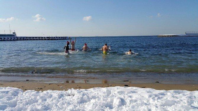 Hollandalılar Dondurucu Soğukta Denize Girdi