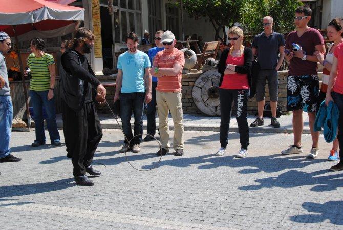 5 yılda 15 bin turiste demir çember çevirtti