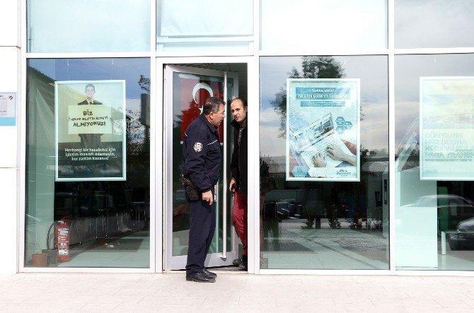 Açık Unutulan Banka Kapısı Polisi Alarma Geçirdi