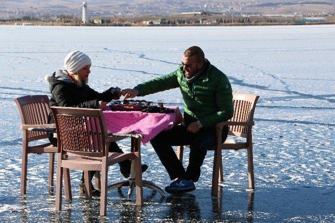 Donan Mogan Gölü Üzerinde Eşi İle Birlikte Kahvaltı Yaptı