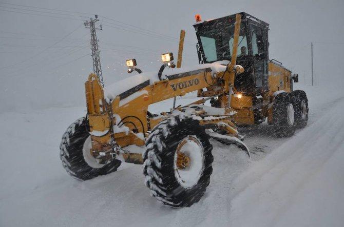 Tatvan'da geceli ve gündüzlü karla mücadele çalışması yürütülüyor