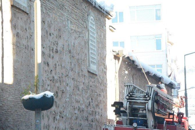 Belediye Buz Sarkıtlarını Temizliyor