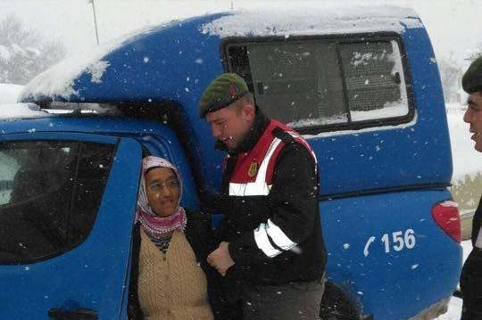 Yaşlı Kadının Yardımına Jandarma Ekipleri Yetişti