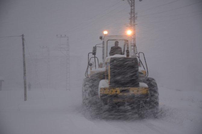 Bitlis'te evler ve araçlar kar altında