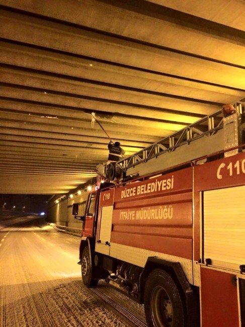 İtfaiye Ekipleri Köprü Altlarında Ki Buzları Temizledi