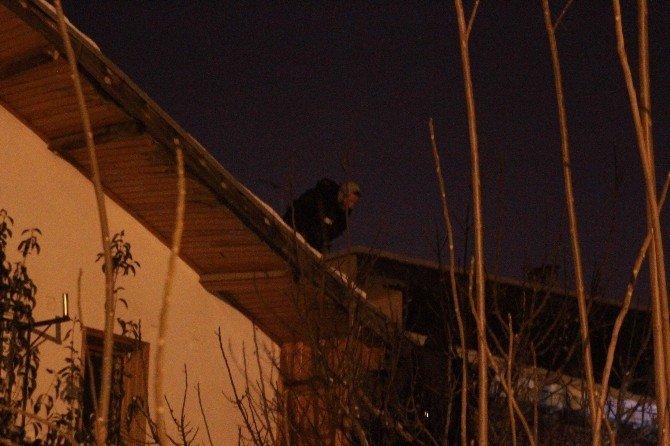 İntihar Etmek İçin Çıktığı Çatıdan Üşüdüğü İçin İnemedi