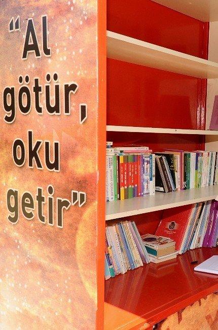 Karşıyaka'da Vatandaşlar Kitap Değişimini Sevdi