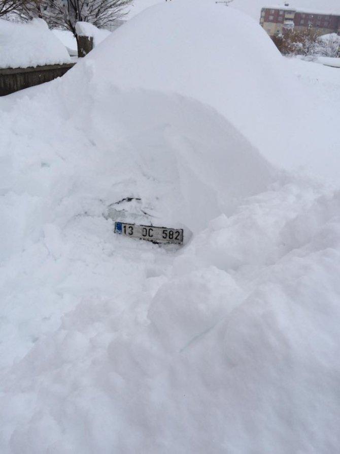 Kar altındaki arabayı bulma operasyonu