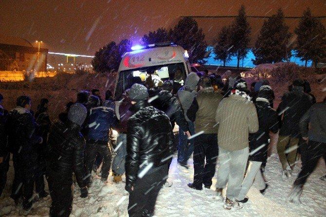 Kavga İhbarına Giden Polis Ekipleri Yolda Kayan Üniversiteli Gençlere Çarptı