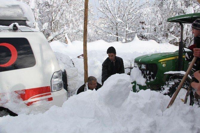 Paletli Kar Ambulansını Köylüler Kurtardı