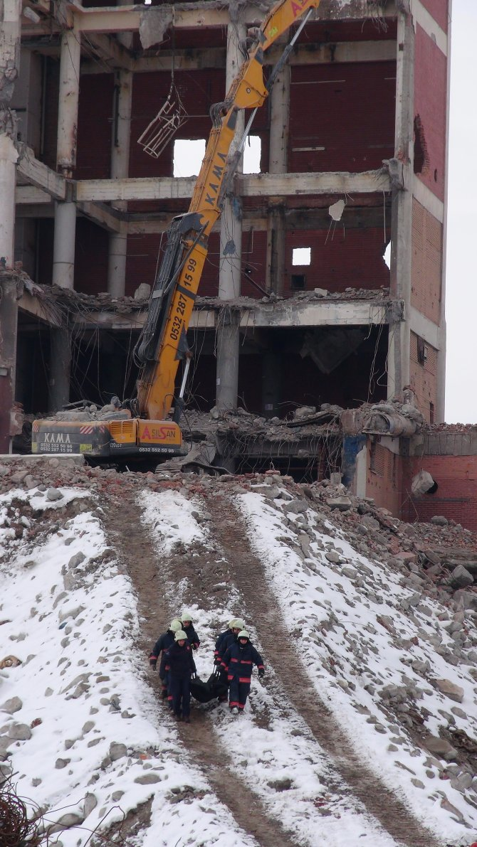 İş makinesi operatörü, enkaz altında kalarak hayatını kaybetti