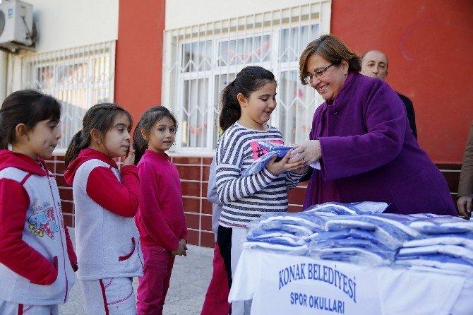 Konak Belediyesi'nden 2 Bin 800 Öğrenciye Spor Malzemesi Yardımı