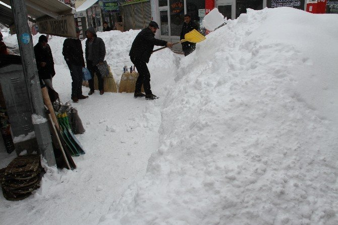 Muradiye'de Kardan Dolayı Hayat Durma Noktasına Geldi