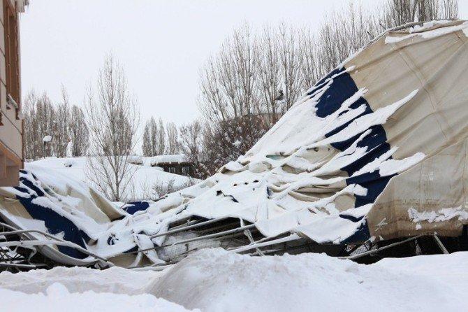 Bulanık'ta İki Halı Sahanın Çatısı Çöktü