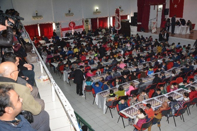 Kurtuluş Kupası Satranç Turnuvası Başkan Kadir Kara'nın Hamlesi İle Başladı