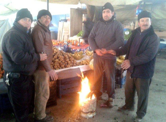 Pazarcılar Tenekede Ateş Yakarak Isınıyor
