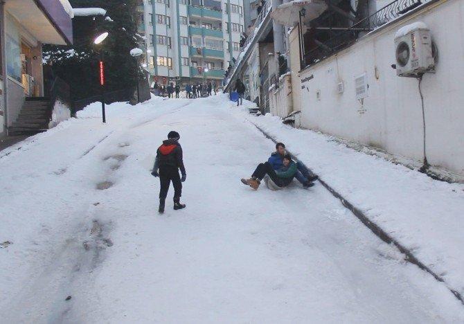 Trafiğe Kapanan Yolu, Kayak Pistine Çevirdiler