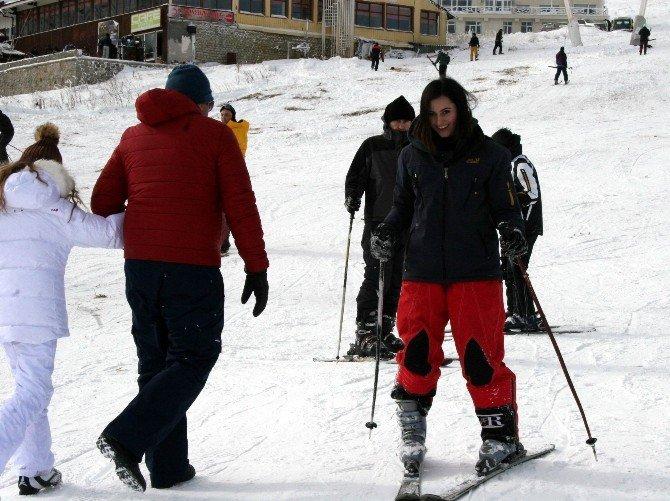 Tatilcilerin Uludağ'da Kayak Keyfi