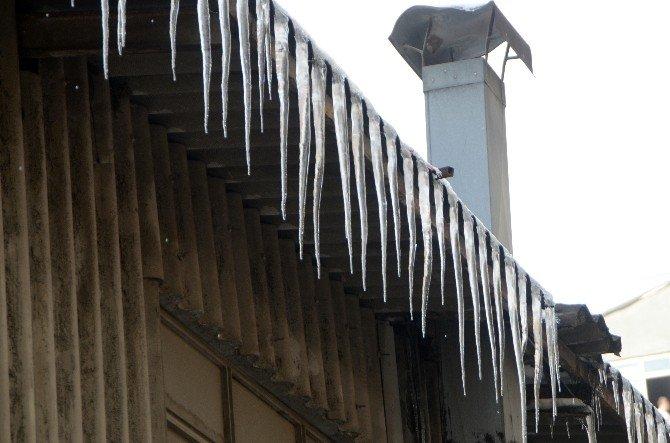 Çatılardan Sarkan Buzlar Tehlike Saçıyor