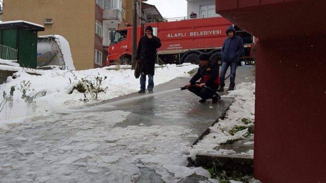 Karda mahsur kalan engelli vatandaşın yolunu deniz suyuyla açtılar