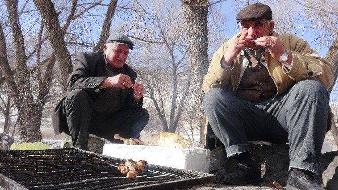İhtiyar Balıkçılar Kar Üstünde Mangal Yapıp Güreş Tuttu