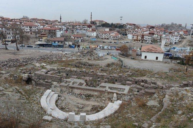 Roma Antik Tiyatrosunu Örten Son Yapı Da Yıkıldı