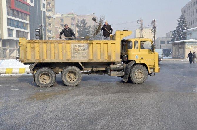 Belediye buzlanan yolları tuzladı