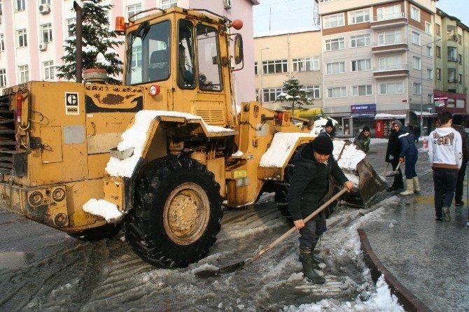 Devrek Belediyesi'nde Kar Temizleme Çalışması