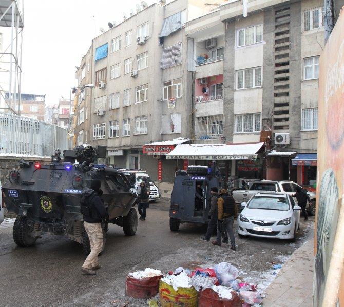 Sur'da eve patlayıcı cisim isabet etti: 1 ölü, 3 çocuk yaralı