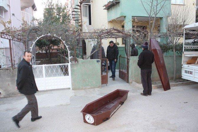 Merdivenlerden Düşen Adamın Cesedini Komşusu Buldu