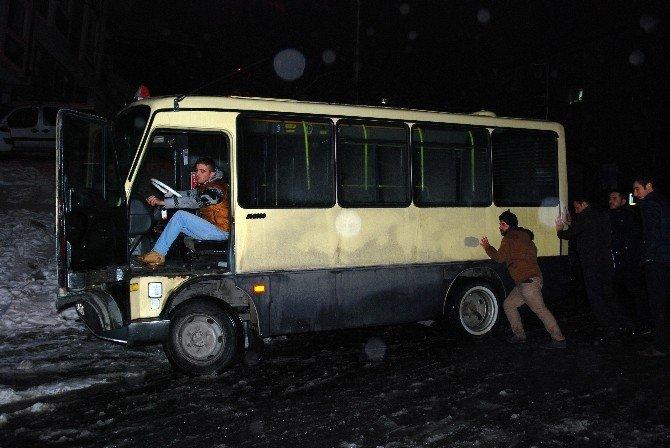 Yolcuların Minibüsü Kurtarma Girişimi Efsanevi Filmi Hatırlattı