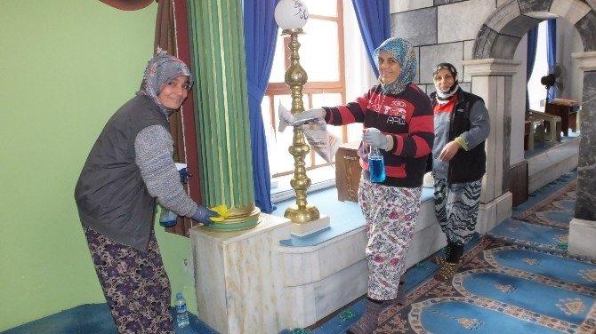Burhaniye'de Cami Temizliğine Kadın Eli