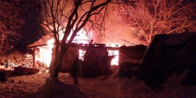 Evleri kül olan 6 çocuklu aile, kış günü ortada kaldı