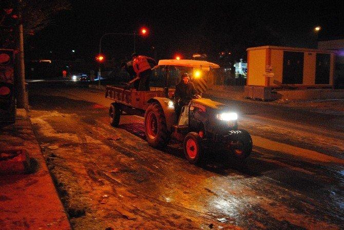 Son Yılların En Ağır Kış Koşullarının Yaşandığı Şanlıurfa'da Yollarda Tuzlama Çalışmaları Yapılıyor