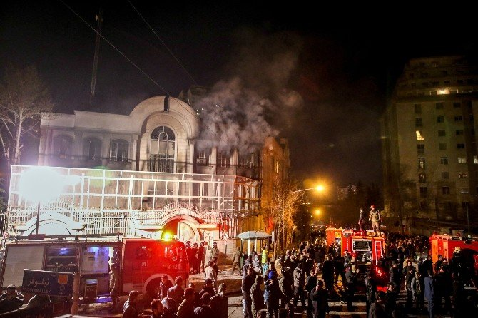 İran'da Suudi Elçiliği Ateşe Verildi