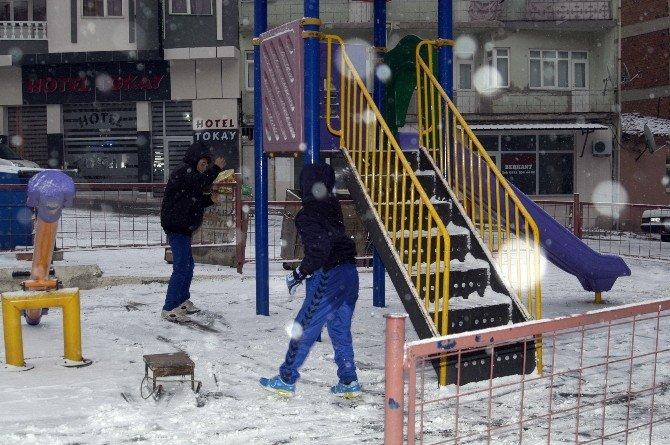 Kar Yağışı Çocuklara Büyük Sevinç Yaşattı