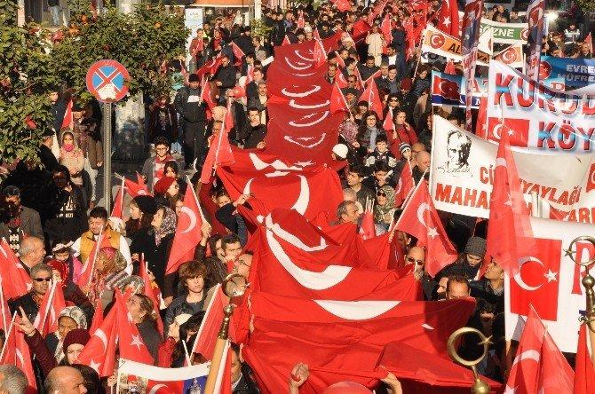 Mersin'de Binlerce Kişi 'Zafer Yürüyüşü'ne Katıldı