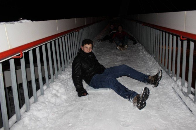 Üst Geçit Çocukların Buz Pisti Oldu