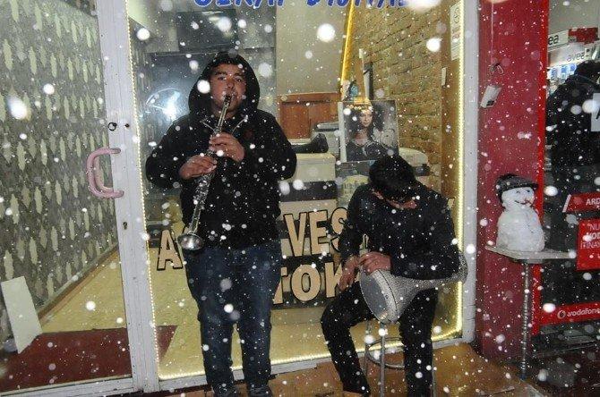 Kar Yağışına Aldırmadan Enstrüman Çalıp Şarkı Söylediler