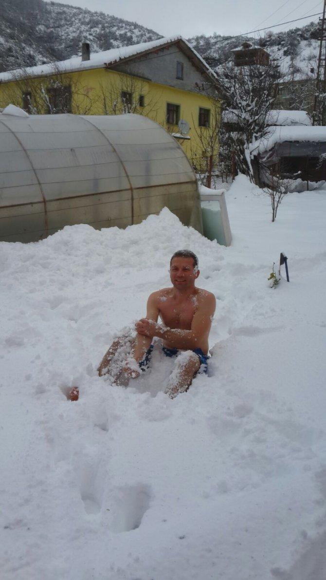 Kar banyosu yaparak zinde kalıyor