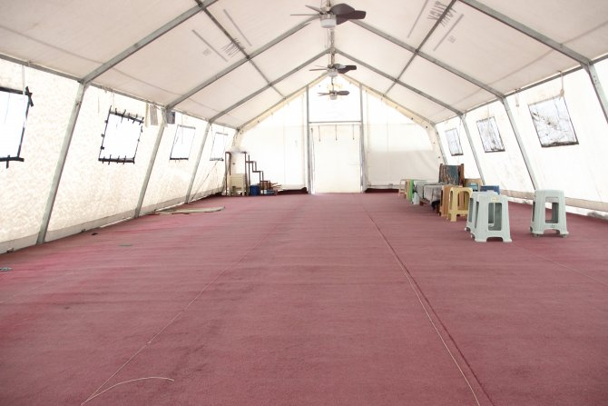 Cami restorasyonda, cemaat eksi 2 derece çadırda namaz kılıyor