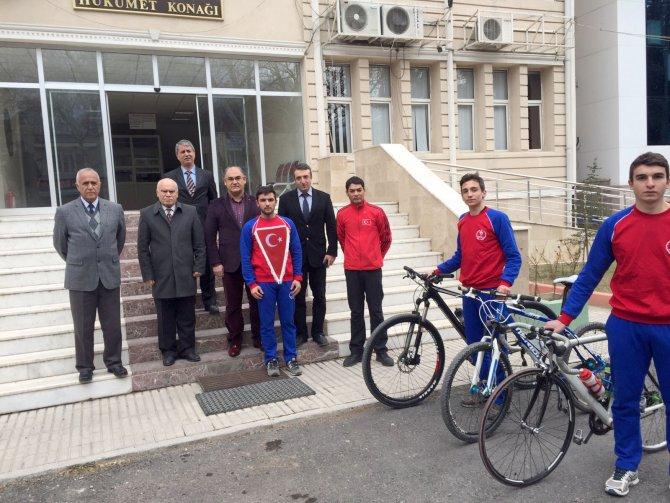 Adanalı bisikletçiler, Türk bayrağını Pozantı'dan teslim aldı