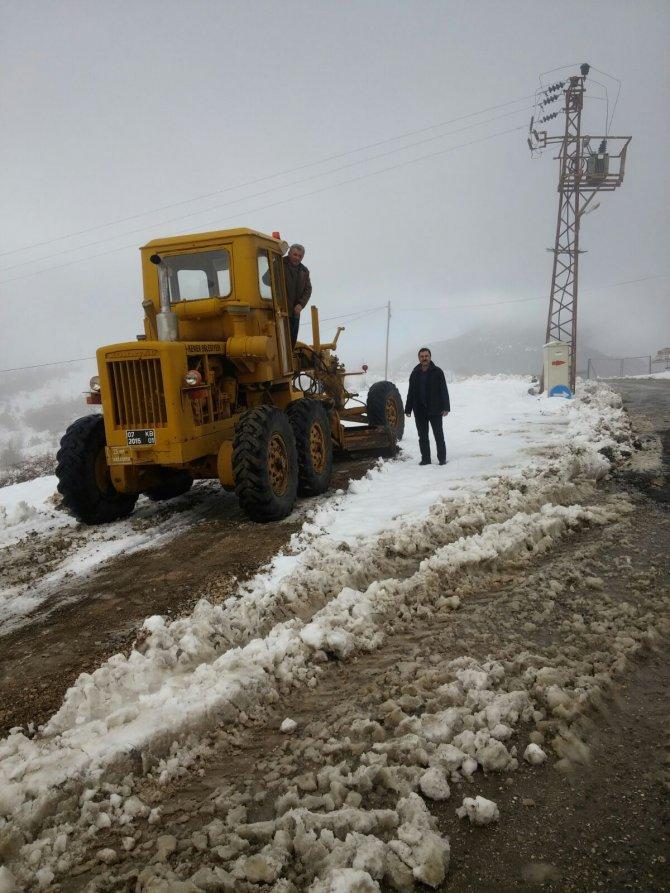 Kemer'de kardan kapanan yayla yollar ulaşıma açıldı