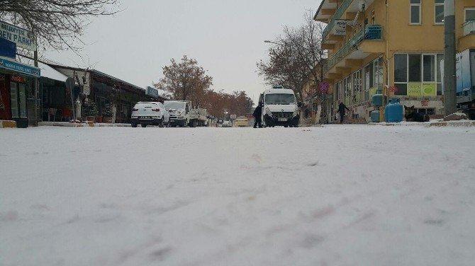 Arguvan Haftaya Kar Yağışı İle Başladı