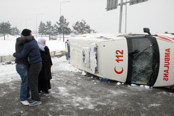 İçinde cenaze bulunan ambulans minibüsle çarpıştı